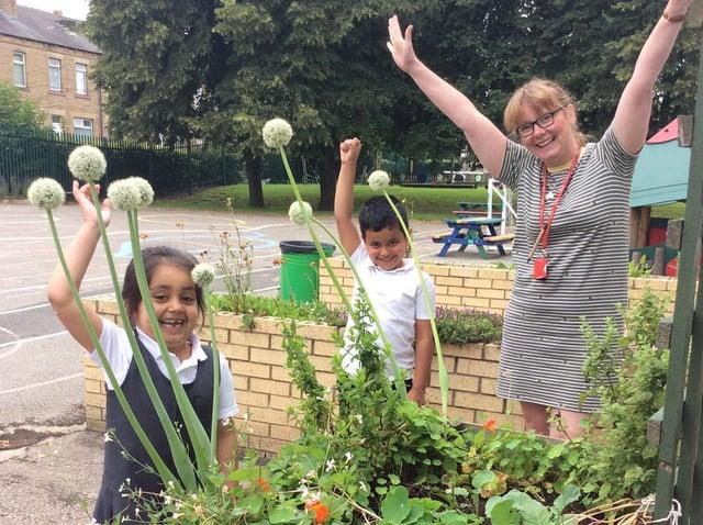 Hannah Tombling and pupils at Diamond Wood Community Academy, Ravensthorpe